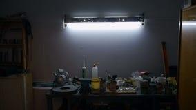 La luz se gira lentamente sobre el banco de trabajo almacen de video