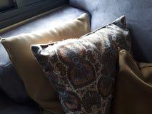 La luz suave en las almohadas es un buen rato para una siesta Fotografía de archivo