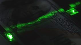 La luz verde se mueve lentamente a lo largo de la denominación de 100 almacen de metraje de vídeo