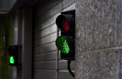 La luz verde y roja de la parada en garaje entra Fotografía de archivo