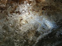 La luz viene a través del hielo en una cueva de hielo imagen de archivo