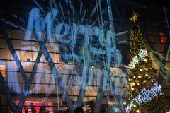 La luz y los árboles de navidad adornan la Navidad hermosa y el Año Nuevo Fotos de archivo