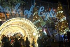 La luz y los árboles de navidad adornan la Navidad hermosa y el Año Nuevo Imagenes de archivo