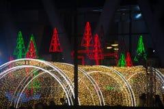La luz y los árboles de navidad adornan la Navidad hermosa y el Año Nuevo Imagen de archivo libre de regalías