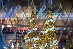 La luz y los árboles de navidad adornan la Navidad hermosa y el Año Nuevo Foto de archivo libre de regalías