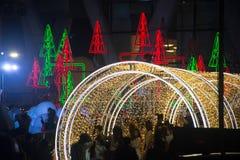 La luz y los árboles de navidad adornan la Navidad hermosa y el Año Nuevo Fotografía de archivo