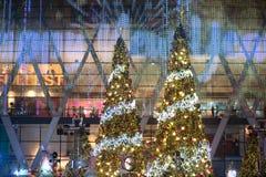 La luz y los árboles de navidad adornan la Navidad hermosa y el Año Nuevo Foto de archivo