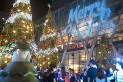 La luz y los árboles de navidad adornan la Navidad hermosa y el Año Nuevo Imágenes de archivo libres de regalías