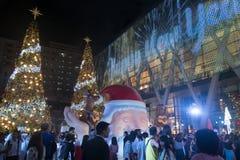 La luz y los árboles de navidad adornan la Navidad hermosa y el Año Nuevo Imagen de archivo