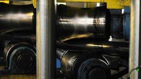 La máquina alinea el tubo del metal almacen de metraje de vídeo