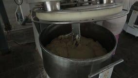 La máquina amasa la pasta del pan de la instalación de producción de la harina metrajes
