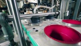 La m?quina automatizada pone las tapas en el envase en una planta de comida almacen de video