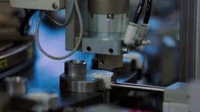 La máquina cierra la tapa en la producción de dropperes en la fábrica del equipamiento médico metrajes
