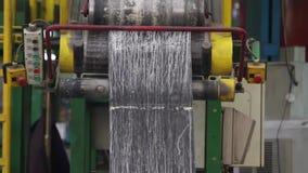 La máquina con los ejes grandes amasa el compuesto de goma metrajes