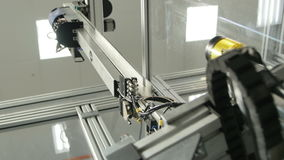 La máquina de alta tecnología con el brazo mecánico actúa encendido la fabricación almacen de video