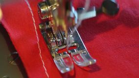 La máquina de coser hace el modelo metrajes
