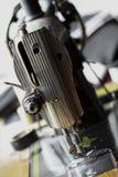 La máquina de coser y el artículo de la ropa, del detalle de la máquina de coser y de los accesorios de costura, máquina de coser Imagen de archivo