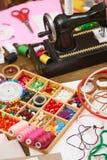 La máquina de coser y el sistema de accesorios al bordado, mercería, accesorios de costura visión superior, lugar de trabajo de l Fotos de archivo libres de regalías