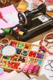 La máquina de coser y el sistema de accesorios al bordado, mercería, accesorios de costura visión superior, lugar de trabajo de l Fotografía de archivo