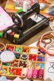 La máquina de coser y el sistema de accesorios al bordado, mercería, accesorios de costura visión superior, lugar de trabajo de l Foto de archivo libre de regalías