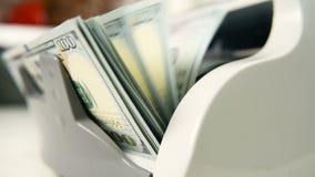 La máquina de cuenta cuenta muchas cuentas para cientos dólares americanos de una nueva muestra La cuenta del dinero almacen de metraje de vídeo