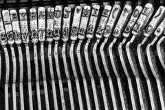 La máquina de escribir antigua que mostraba varillas de conexión tradicionales INVIRTIÓ VI Fotos de archivo libres de regalías
