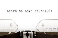 La máquina de escribir aprende amarse foto de archivo