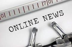 La máquina de escribir detalló el primer macro, texto que mecanografiaba del periodista las noticias en línea, detalle retro gran Foto de archivo libre de regalías