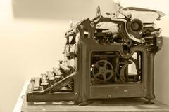 La máquina de escribir vieja se coloca en la tabla en el vintage antiguo de la fotografía simulado Fotos de archivo libres de regalías