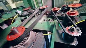 La máquina de la fábrica funciona automáticamente en una instalación almacen de metraje de vídeo