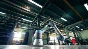 La máquina de la fábrica funciona con los engranajes del metal en una instalación almacen de metraje de vídeo