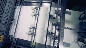 La máquina de la fábrica mueve el documento sobre un transportador, visión superior Máquina de papel de la producción Proceso de  almacen de metraje de vídeo