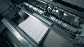 La máquina de imprenta apila el Libro Blanco almacen de video