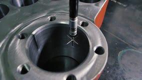 La máquina de medición coordinada cmm mide un detalle del corcel con la alta precisión almacen de metraje de vídeo