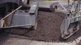 La máquina de pavimentación del asfalto funciona, equipo de construcción de carreteras aplica capa del asfalto almacen de video