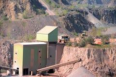 La máquina de Stonecrusher en una mina activa de la mina del pórfido oscila Foto de archivo libre de regalías
