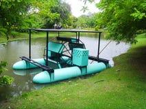 La máquina del aerador en el uso de la charca para añade el oxígeno para el agua en el parque Imagen de archivo