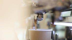 La máquina del café está funcionando Vierte el café en dos tazas Las tazas son blancas El barista está esperando hasta que el caf almacen de video