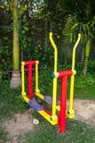 La máquina del ejercicio en parque público Foto de archivo libre de regalías