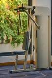 La máquina del gimnasio del tirón-abajo del lat está para los ejercicios compuestos, trabajo Fotos de archivo libres de regalías