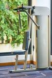 La máquina del gimnasio del tirón-abajo del lat está para los ejercicios compuestos, trabajo Imagen de archivo libre de regalías