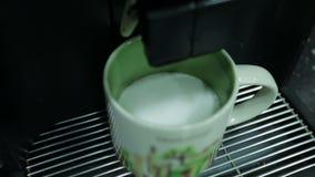 La máquina del offee del ¡de Ð vierte el latte del café en un  de Ñ para arriba Cierre para arriba almacen de video