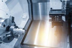 La máquina del torno del CNC que arroja la materia prima foto de archivo libre de regalías