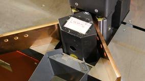 La máquina dobla la hoja de metal y el trabajador lleva el detalle el soporte metrajes