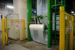 La máquina en el embalaje de mercancías acabadas Fotografía de archivo