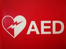 La máquina externa automatizada del AED del Defibrillator en la puerta de la puerta en el aeropuerto internacional de Tailandia p Fotos de archivo
