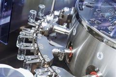 La máquina farmacéutica para el polvo droga las botellas de la cristalería imágenes de archivo libres de regalías