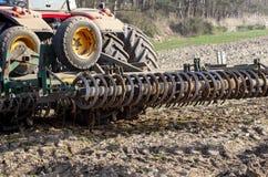la máquina hace la preparación del suelo para el establecimiento de la primavera foto de archivo