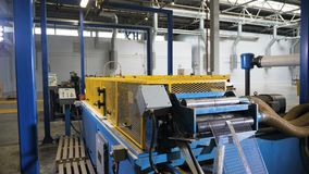 La máquina-herramienta automatizada estira el estípite fino de la rejilla del metal metrajes