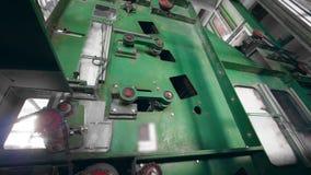 La máquina industrial funciona con la fibra de poliéster en una fábrica almacen de video